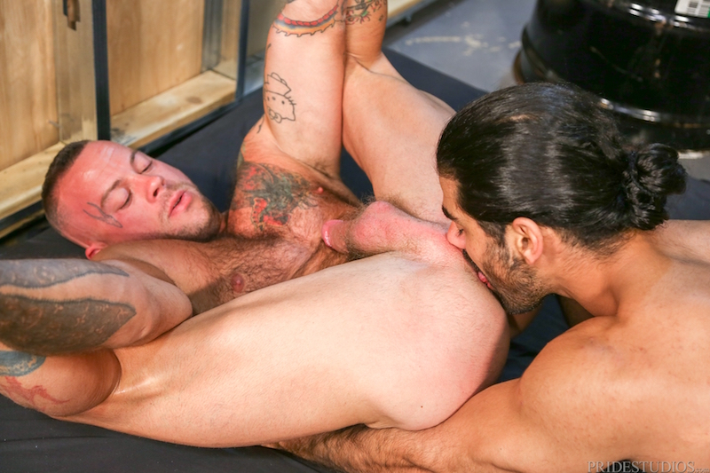 Muscle men rimming in gay porn